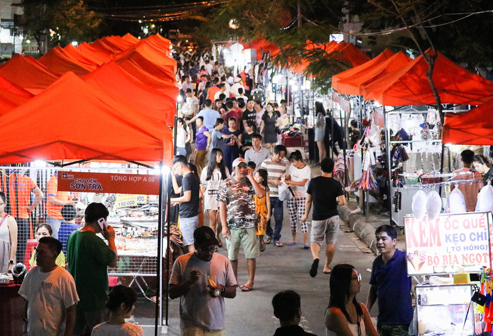 Son Tra Night Market opens to public